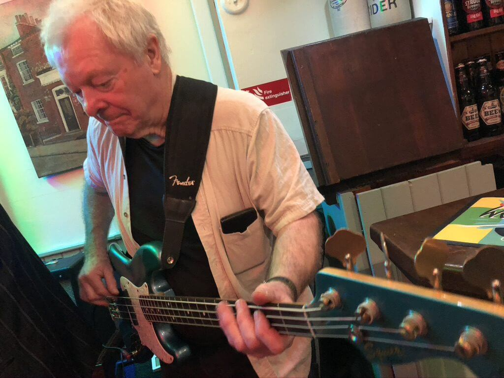Les Calvert playing live at The Retreat pub in Reading.